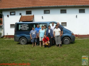 A csoport a Győrteleken található parókia udvarán